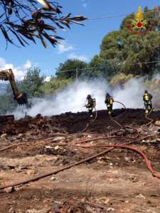 Lamezia Terme – Incendio di pneumatici usati in un'autodemolizione
