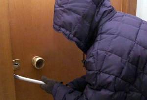 ladri-casa-porta