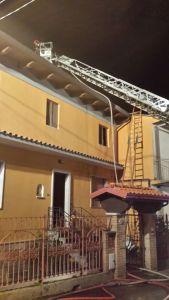 Incendio del tetto di un'abitazione a Palermiti, intervento dei vigili del fuoco