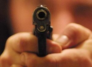 Ventiduenne ferito in un agguato a colpi di pistola
