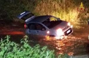 Maltempo – Recuperate dai Vigili del Fuoco alcune auto rimaste bloccate nelle acque di un fiume