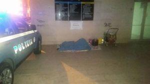 Dorme sotto un ponte con 3 figli piccoli, agenti le pagano albergo
