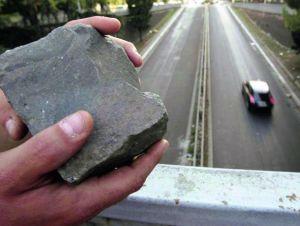 Lanciano pietre dal cavalcavia sulle auto in transito, denunciati due 15enni