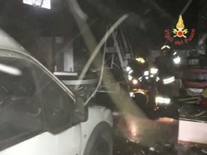 Lamezia Terme – Incendio in un magazzino di insegne luminose