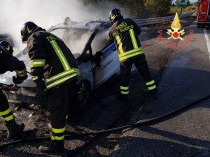 Auto in fiamme sulla Statale 106