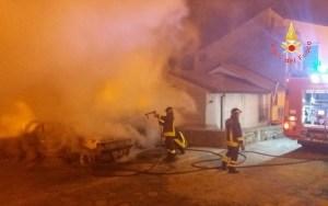 Due auto distrutte dalle fiamme a Isca sullo Jonio