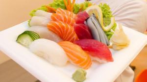Consuma pesce crudo in un ristorante di Borgia e finisce in ospedale, indagini