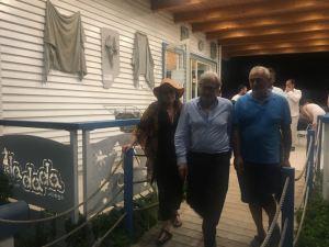 """Vittorio Sgarbi visita il """"Dadada Beach Museum"""" di Montauro"""