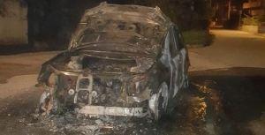 Auto distrutta dalle fiamme a Cardinale