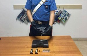 Pistola e detonatori nascosti in cucina, 23enne arrestato