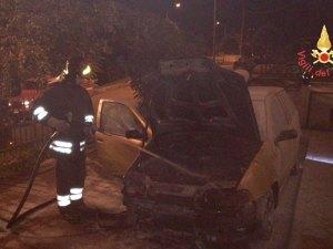Auto distrutta dalle fiamme nella notte a Olivadi