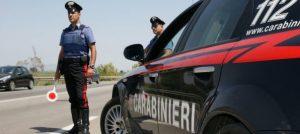 Tenta di travolgere carabinieri a posto blocco, 30enne arrestato