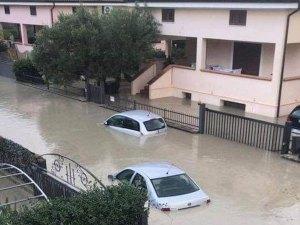 Bomba d'acqua nel catanzarese, persone in salvo sui tetti