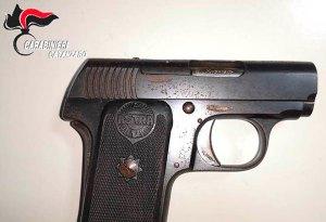 Trovato in auto con una pistola e diverse cartucce, 25enne arrestato
