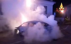 Auto in fiamme nella notte, indagini aperte
