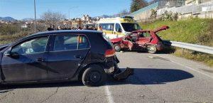 Scontro frontale tra due auto, perde la vita un 65enne