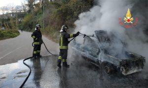 Auto perde carburante e prende fuoco, illeso il conducente