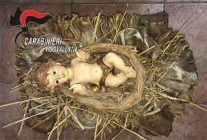 Brucia il presepe in piazza e ruba la statua di Gesù bambino, 37enne denunciato