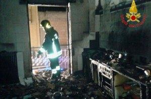 Incendio in casa, anziana si salva rifugiandosi sul balcone