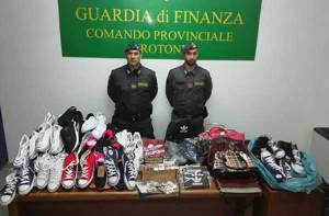 Vendevano prodotti contraffatti su Facebook, 700 articoli sequestrati
