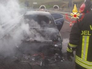 Auto in fiamme sulla Ss 106 a Squillace, nessun ferito