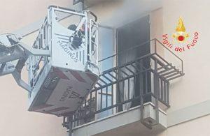 Incendio in un appartamento, panico tra i residenti