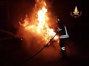 Auto di un 28enne disoccupato incendiata nella notte, indagini