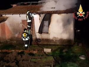 Casolare distrutto da un incendio nel catanzarese, indagini sulle cause