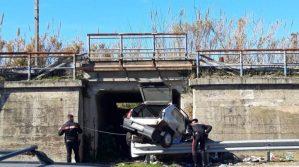 Si schianta con l'auto contro un guardrail, muore 20enne