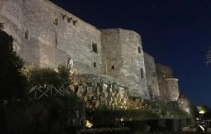 Paesaggio sul mare: il castello di Vibo Valentia propaggine sul Tirreno
