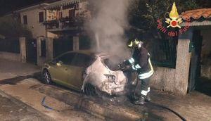 Montepaone – Auto in fiamme nella notte, intervento dei vigili del fuoco