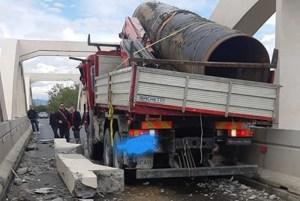 Un eroico camionista, lanciato sulla Statale 106, tenta di liberare la Calabria dal Fascismo