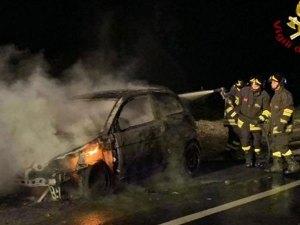Problemi al motore, auto in fiamme sulla Statale 106