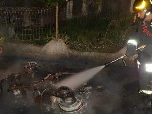 Scooter distrutto dalle fiamme nella notte