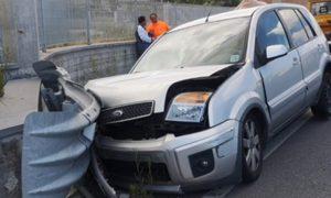 San Sostene – Auto contro il guardrail sulla Statale 106, un ferito