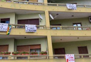 Striscioni di protesta a Catanzaro per la visita del ministro Matteo Salvini