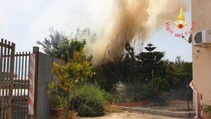 Vasto incendio di sterpaglia e macchia mediterranea divampato a Catanzaro