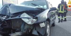 Perde il controllo dell'auto e sbatte contro un palo, donna ferita