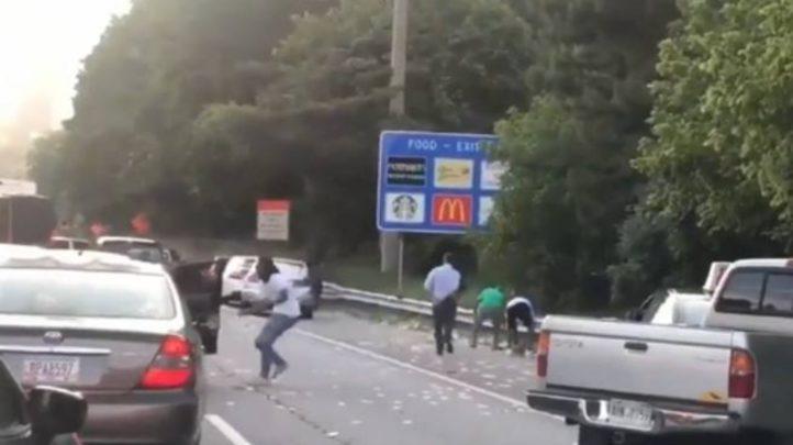 Piovono soldi per strada: ressa tra gli automobilisti