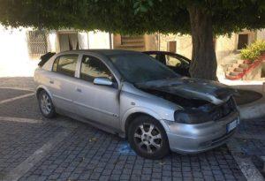 A fuoco l'auto di un parroco calabrese mentre celebra messa, indagini in corso