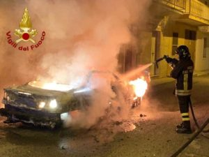 Auto distrutta dalle fiamme, avviate indagini