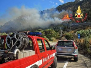 Vasto incendio di arbusti e macchia mediterranea a Copanello, minacciato residence