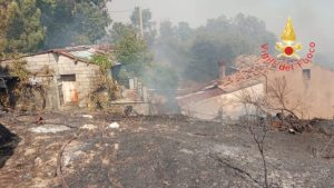 Vasto incendio a Gimigliano, il fuoco danneggia abitazioni