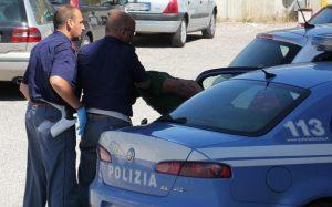 Rompe sedie in un lido e le lancia contro bagnanti, 23enne arrestato