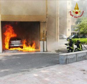 Auto in fiamme nel porticato, indagini sulle cause