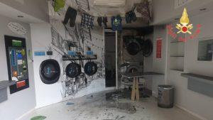 In fiamme asciugatrice di una lavanderia automatica a gettoni, nessun ferito