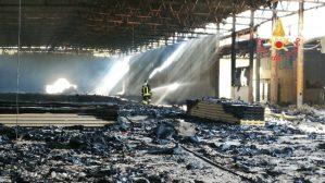 Incendio di un deposito a Catanzaro