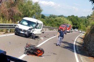 Scontro tra furgone e moto, grave trauma cranico per un 18enne