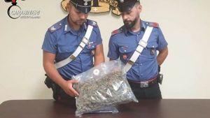 Oltre mezzo chilo di marijuana nascosta nel vano motore dell'auto, 32enne arrestato