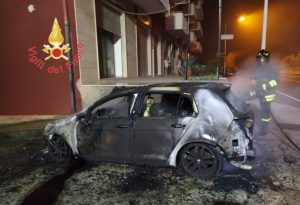 Auto in fiamme sulla Ss 106 a Badolato, indagini sulle cause del rogo